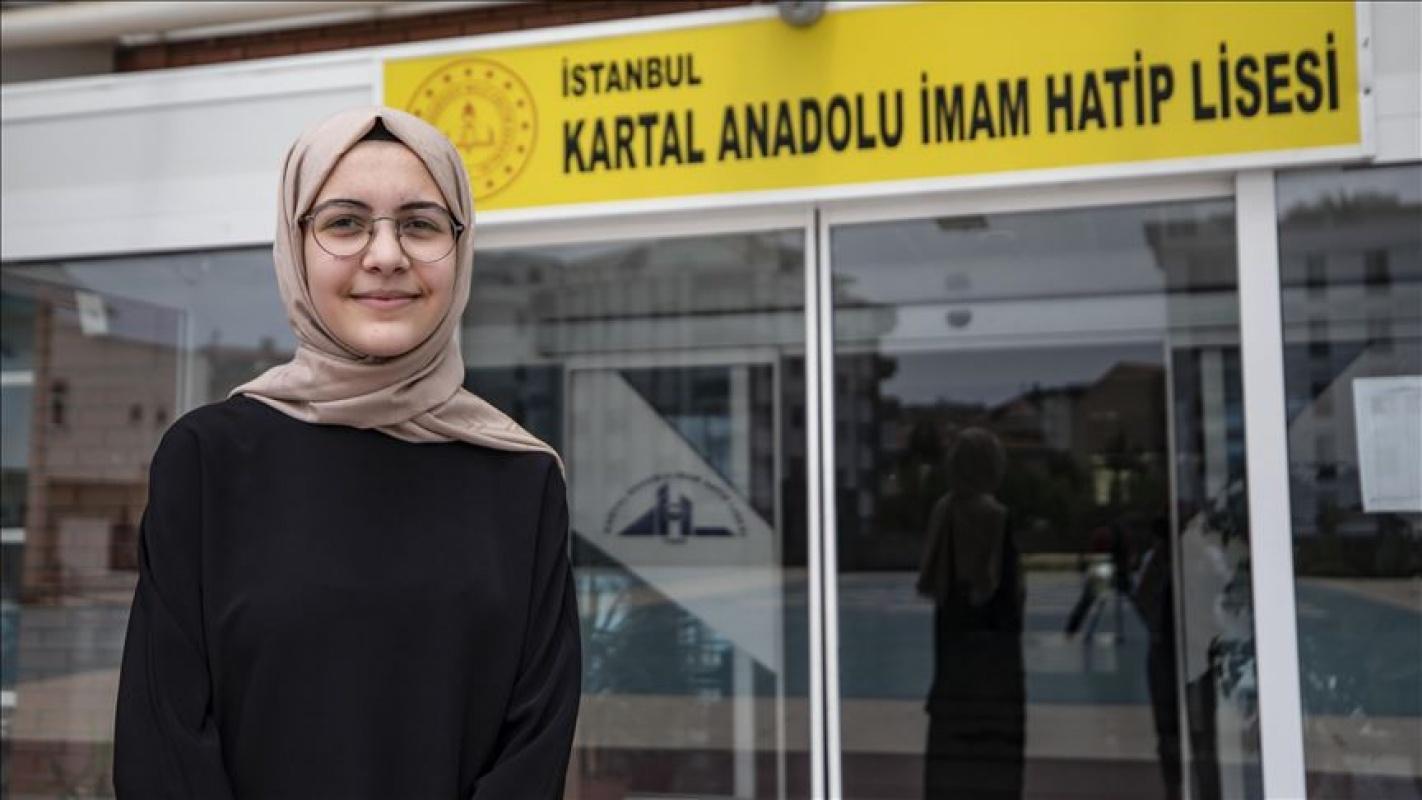 15 Yaşındaki İclal Dağcı 15 yaşında 5 yabancı dil öğrendi