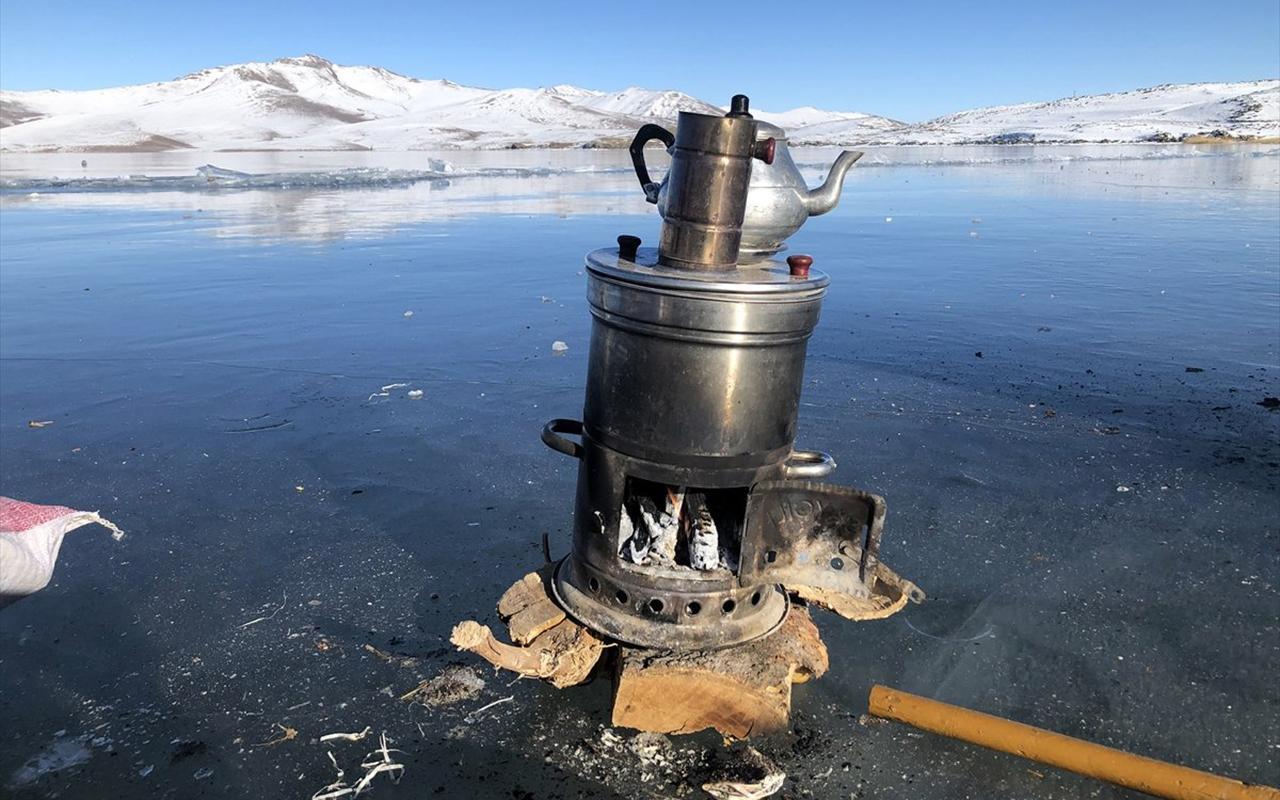 Iğdır'da donan gölün üstünde mangal yaptılar