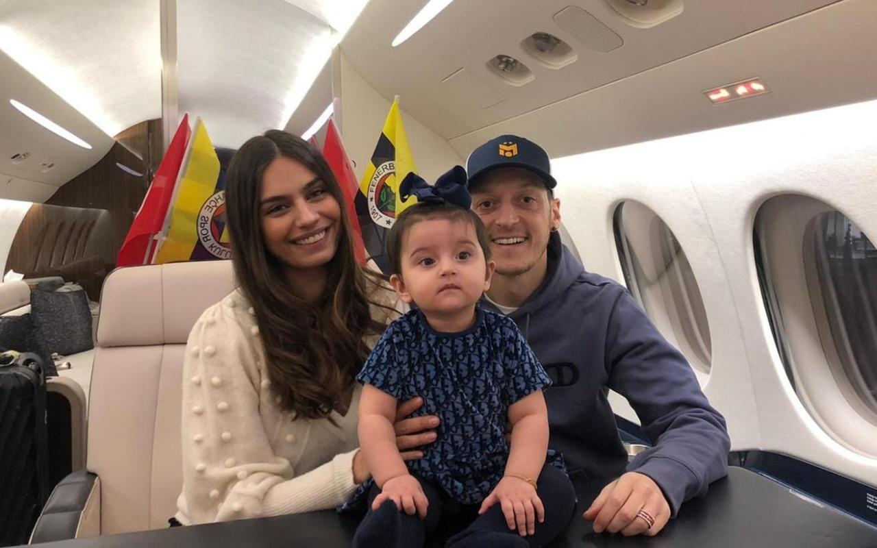 Mesut Özil bindi uçağa geliyor!