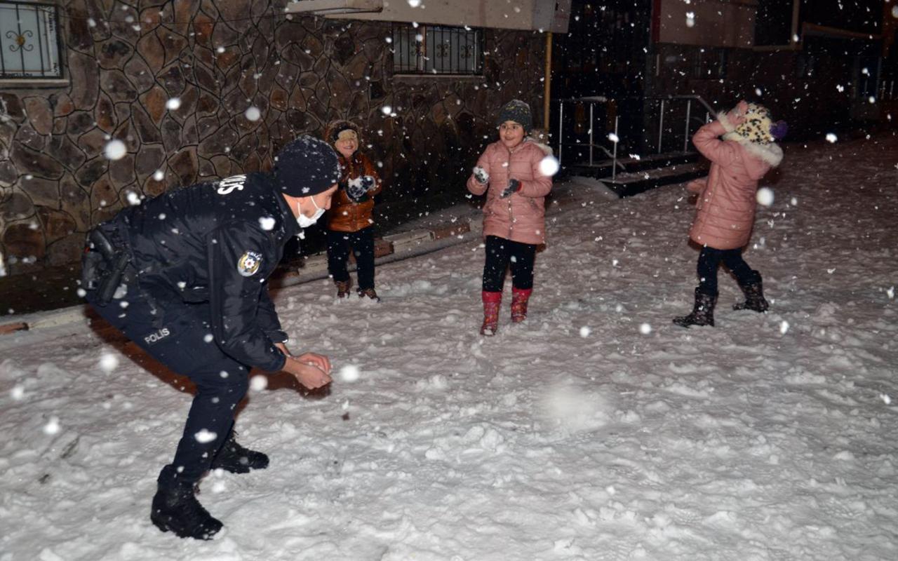 Muş'ta Polisler ve çocuklar Kar topu oynadı!